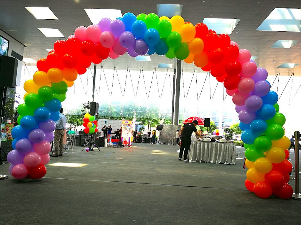 balloon-arch-rainbow